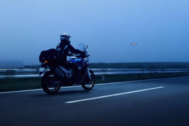 バイク走行に合わせて飛行するドローン