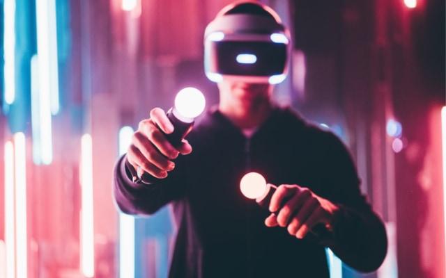 VRのようなコントローラーを握りしめて行う操作は、ARの操作方法として現実的とは言えない。