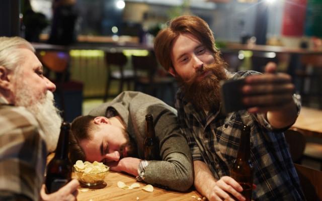 酔っ払う原因は、アルコールの代謝物である酢酸塩が脳の伝達物質を阻害するため。