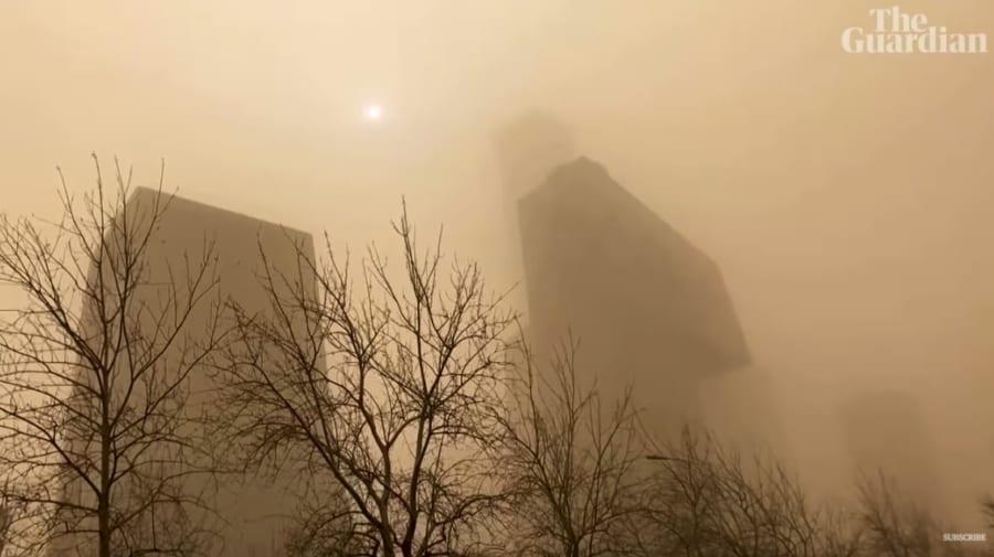 砂塵に埋もれた北京の高層ビル