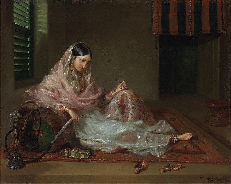 モスリン素材の衣服を着用した女性