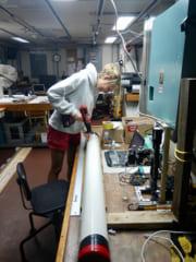 北大西洋で収集された堆積物コアを調査する、今回の研究筆頭著者ジャスティン・ソバージュ氏。