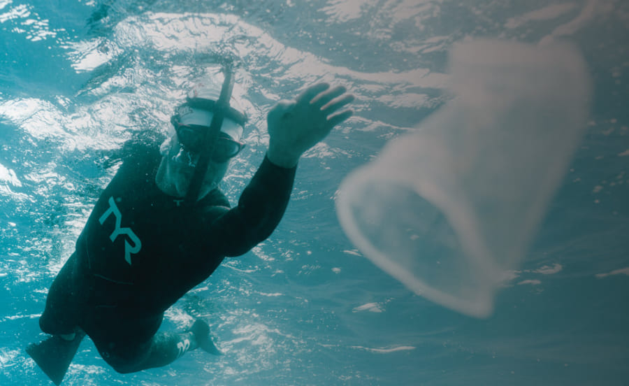 太平洋を泳いで横断するブノワ・ルコント氏。彼の挑戦は同時に海洋プラスチック汚染の危険についても訴えるものだった。