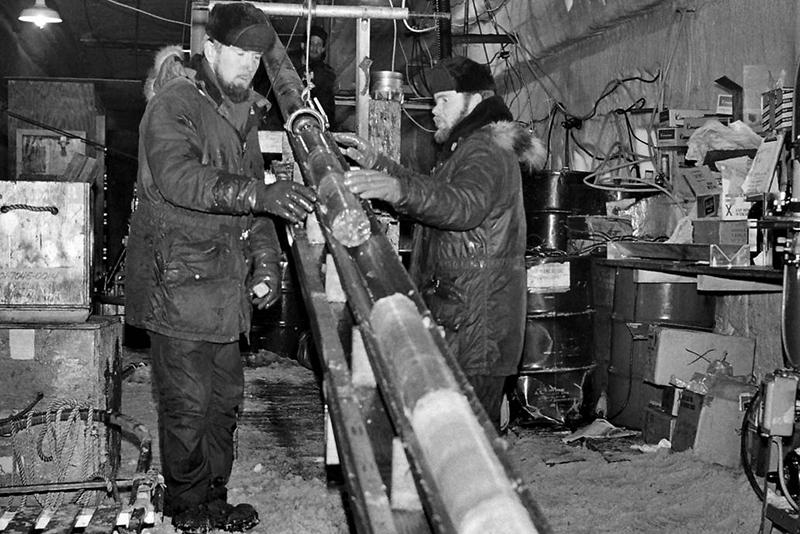 1966年にソ連の局地科学ステーションが掘削した、グリーンランドの地質コア。