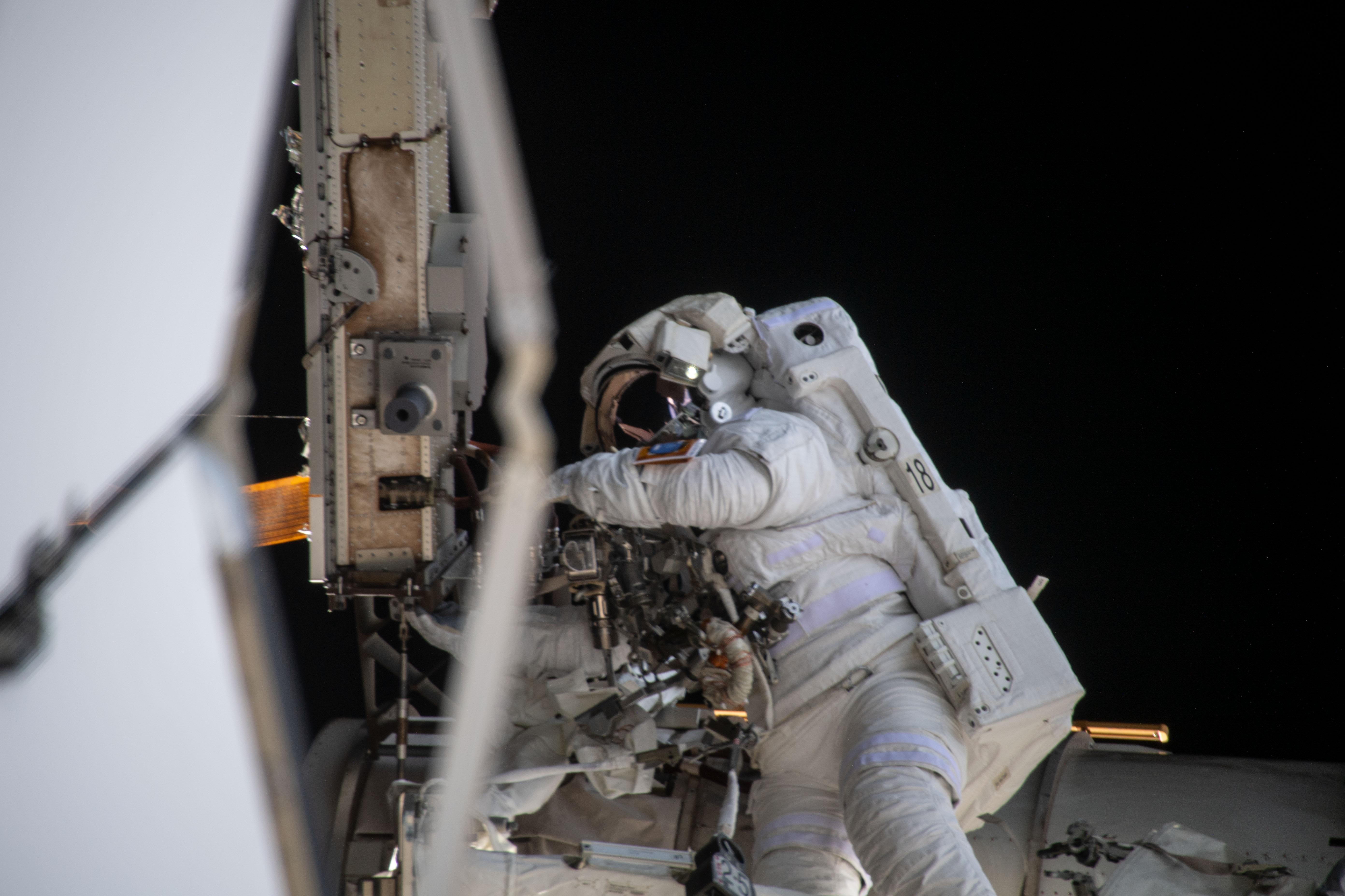 ISSで船外活動を行う宇宙飛行士。
