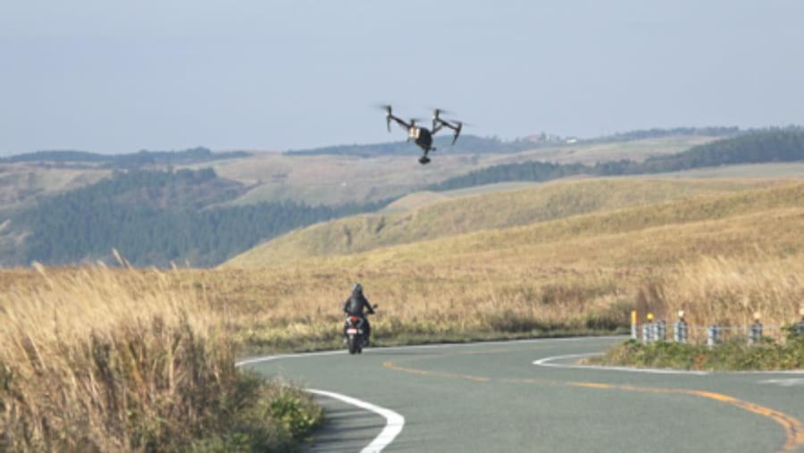 ドローンでバイクの走行映像を撮影する