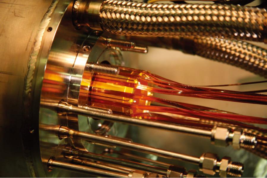 陽電子と反陽子を結合させて反水素を作るために使われる磁場トラップの電極(金色の部分)