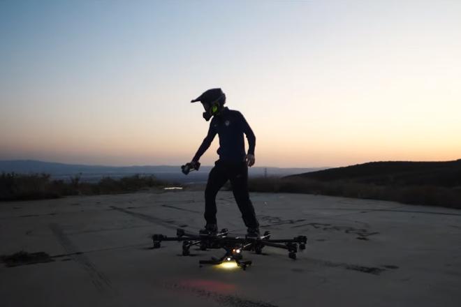 ついに空中を滑るように移動できる「ホバーボード」が完成! 一般道路での飛行動画も公開中