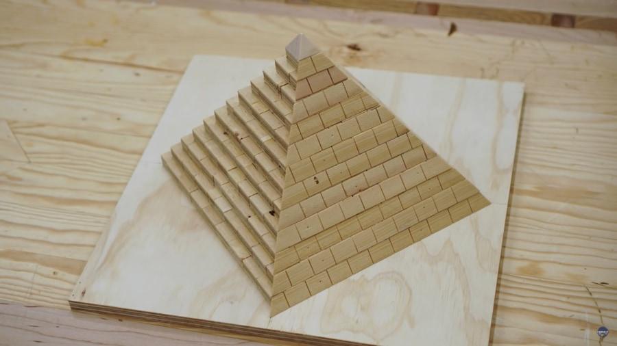 ピラミッド建設の謎を「ミニチュア版の再現」で解明しようとした男性