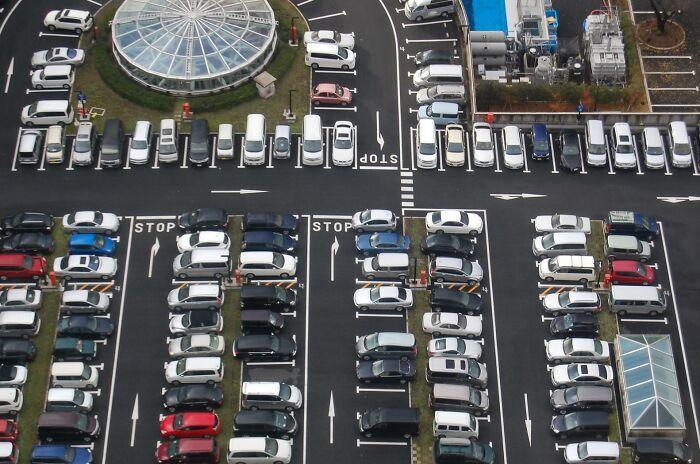「駐車はバック」が暗黙の了解に