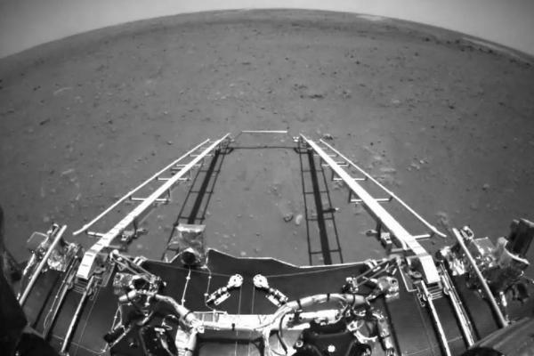 中国の火星探査車「祝融号(しゅくゆうごう)」から火星の写真をお届け!