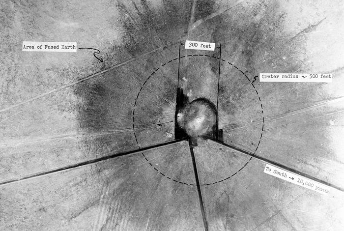 トリニティ実験の28時間後の爆心地の航空写真