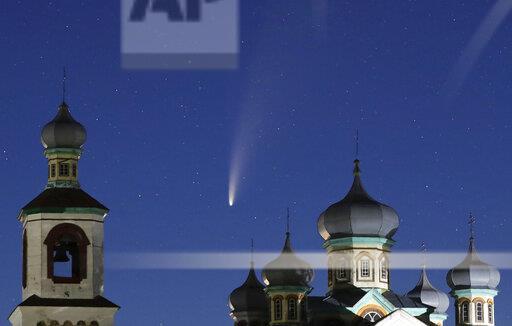 ベラルーシの教会越しに撮影されたネオワイズ彗星