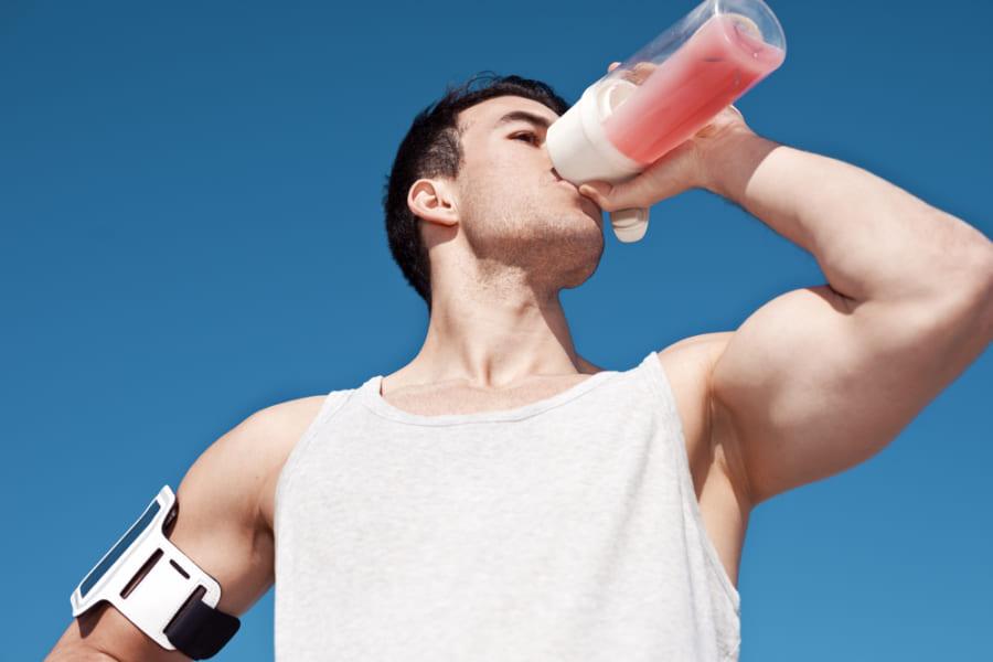 「ピンク色の液体」を飲むと透明なものより速く走れる