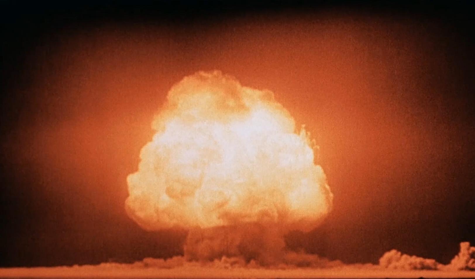人類が最初のトリニティサイトの核爆発。ここから新たに準結晶が発見された。