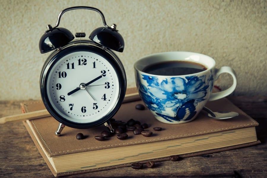 カフェインで眠気を吹き飛ばしても単純作業の効率しか上がらない!