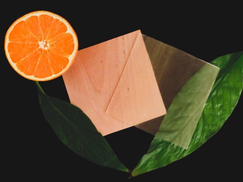 オレンジの皮で「透明な木材」を開発、窓に使えて環境にもやさしい