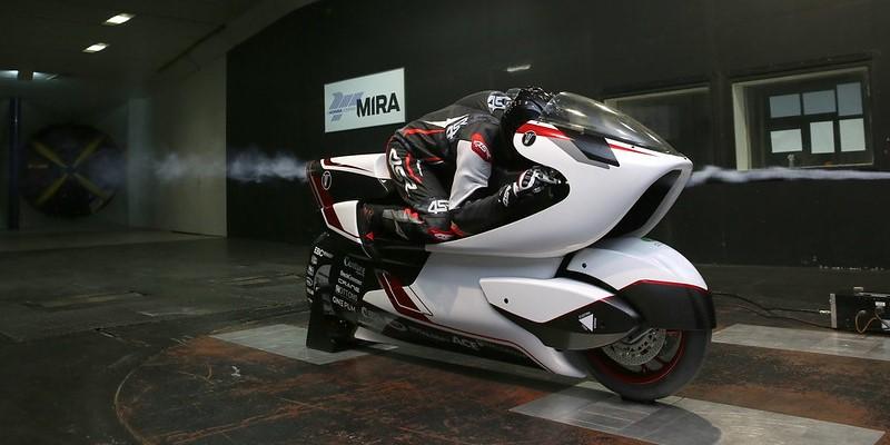 風穴があいた世界最速の電動バイク