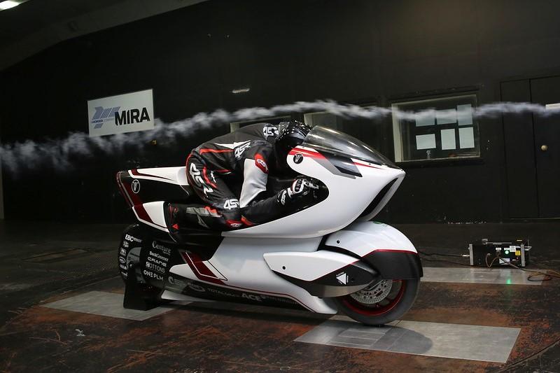 世界最速の時速400キロに挑戦「ボディに風穴が開いた電動バイク」が開発される