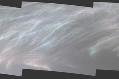 レインボーに輝く火星の「真珠母雲」を探査機キュリオシティが撮影