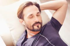 寝る前の音楽が睡眠の質を下げる?