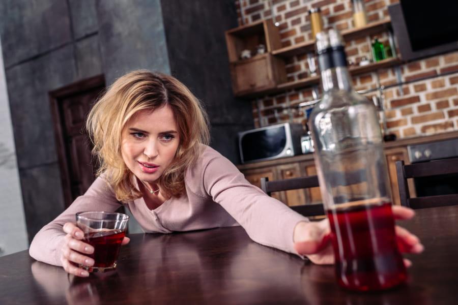 男女間の飲酒量の格差が縮小傾向にあるが、あまり良い意味ではないようだ