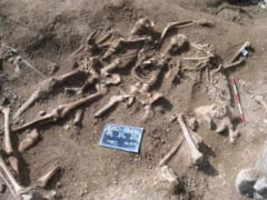 集団で発見された若者たちの遺骨