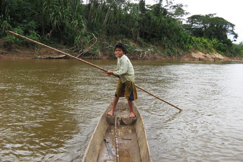 ツィマネの少年は川下りもお手の物
