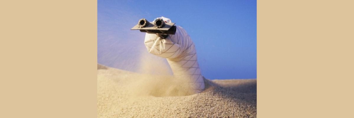 砂の地面を掘り進むヘビ型ロボットが開発された