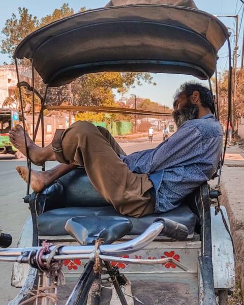 インドなどの貧困層では、窮屈な人力車の上で寝ている人をよく見かけるという