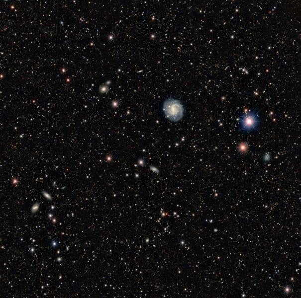 ダークエネルギーカメラが撮影した広域の天体画像。ここには大量の銀河が映っており、もっとも大きく見えているのが「渦巻銀河ESO440-11」。