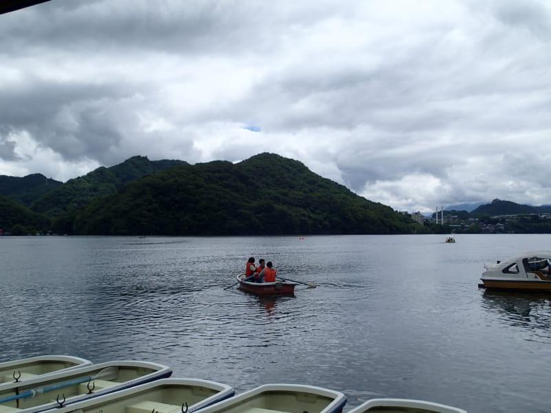 手漕ぎボートで繰り出す相模湖の調査