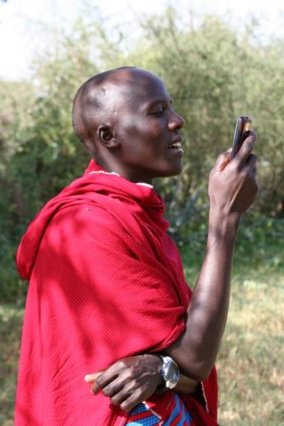 携帯で電話をするマサイの男性