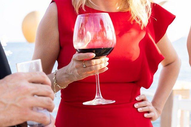 少量の飲む人は、飲まない人よりも死亡リスクが低いと判明