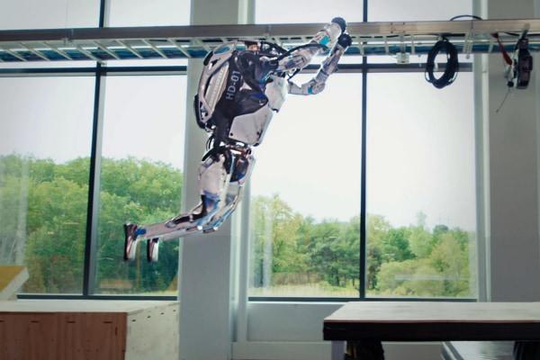 世界が仰天! パルクールに挑戦するロボット