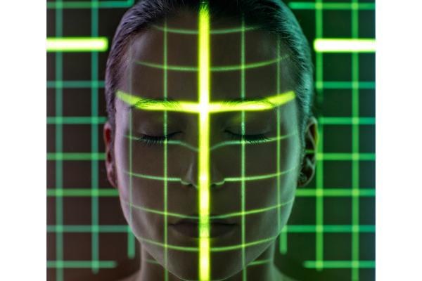 ヒトは年齢とともに「顔の対称性」が低下していた
