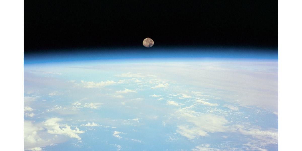 月の潮汐力によって地球の自転速度は低下しているが、それが生命誕生につながった可能性がある