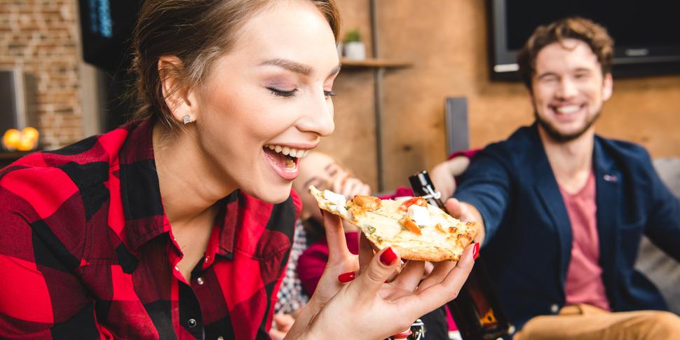 「人の声」を聞きながら食事すると、美味しさが増すと判明