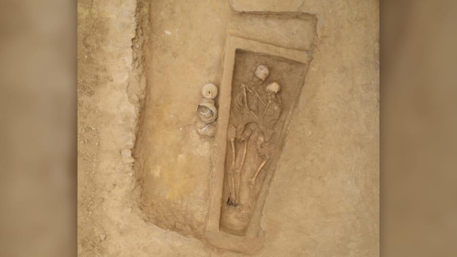 抱擁したまま発掘された男女の遺骨
