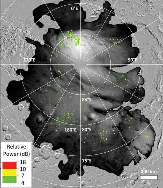 色のついた点は、火星南極冠で発見された明るいレーダー反射の場所。中には非常に地表に近いポイントもある。