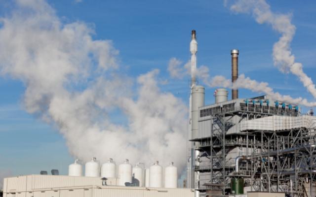 現在の水素製造工場は化石資源の精製プラントで作られるためまったくクリーンではない
