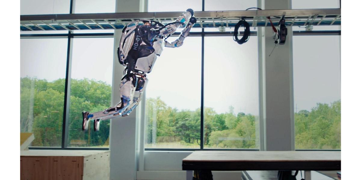 複雑なパルクールコースを俊敏に駆け回るボストンダイナミクス社のヒューマノイドロボットAtlas