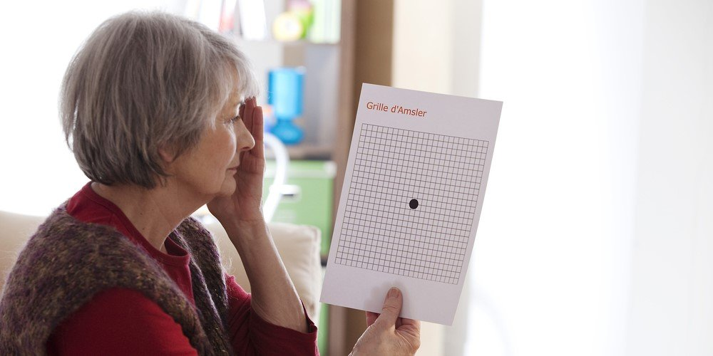 検査する加齢黄斑変性患者