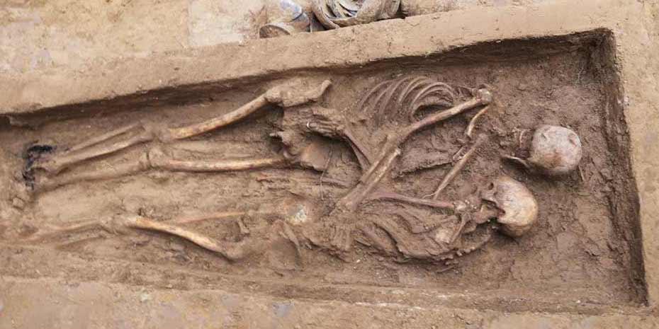 約1600年前の「抱擁した男女の遺骨」を発見