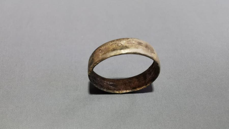 女性の指にはめられていた指輪