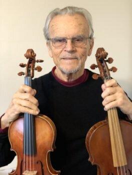 ヴァイオリンとヴィオラを持っているジョセフ・ナジヴァリー氏