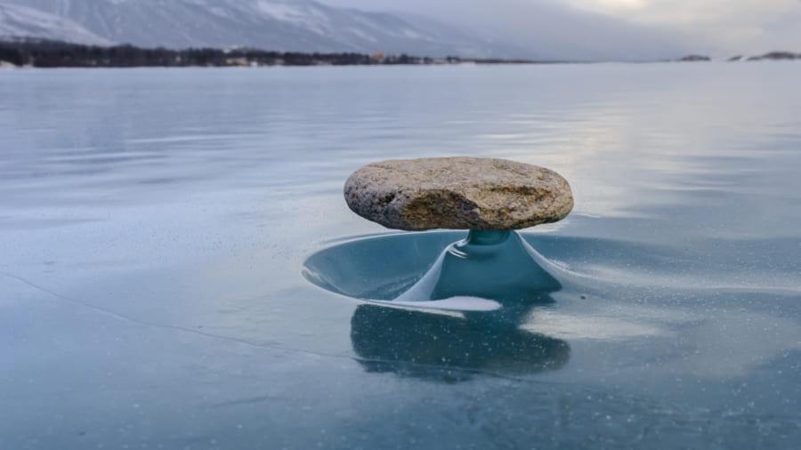 ロシアのバイカル湖で見られる禅石現象