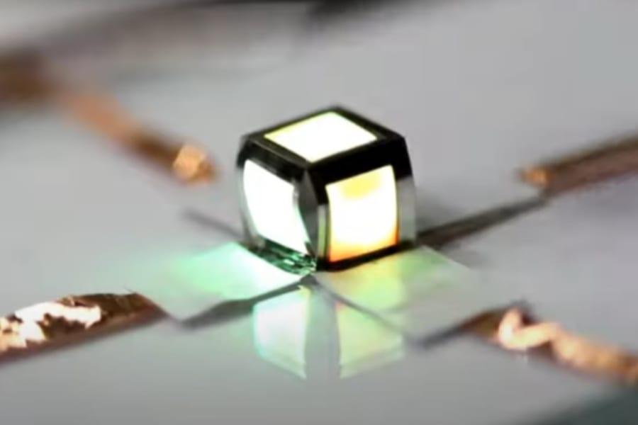 紙のように折りたためる超薄型LEDパネルが開発される!