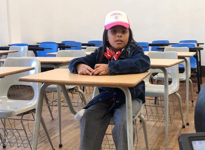 学校の机の前に座るサンチェス氏