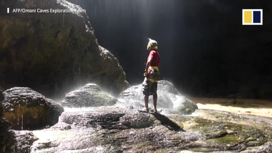 小さな滝が降りそそぐ